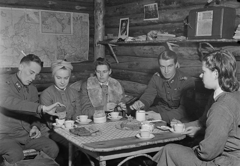Saunanjälkeiset kakkukahvit, Sirkiänsaari 1942