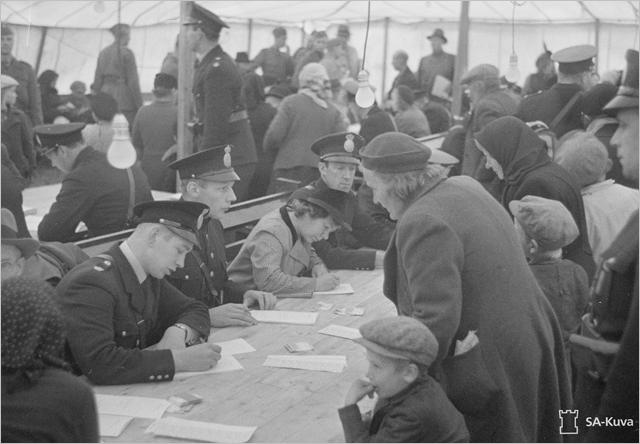 Sotiemme perinne_Lapin sota_suomalaisevakoita HAaparannan vastaanottoleirillä syksyllä 1944