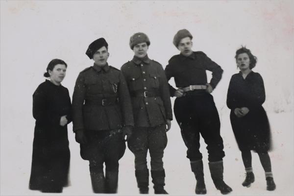 Sisarukset ensimmäisenä kaatuneen veljen Arvin hautajaisissa: Kerttu (vas.), Erkki, Urho, Leo ja Saara Väisänen.