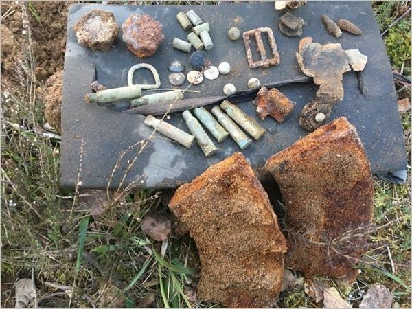 Pesäkkeestä tehtyjä löytöjä: kaksi LS-26 lipasta, hylsyjä, patruunataskun osia, varsikranaattien kierrekannet, solkia, 1 leijonanappi, 2 sinkkinappia kesäpuserosta, 2 nappia housuista, srapnellikuulia.